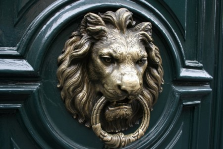 Serplaste entretient la tradition des heurtoirs de porte blog serplaste - Heurtoir de porte tete de lion ...